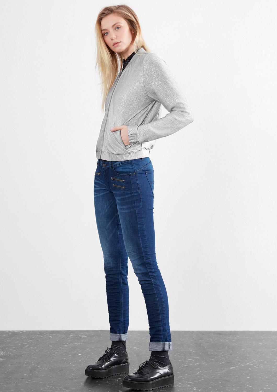 Artikel klicken und genauer betrachten! - feine Rippstruktur in glänzender Metallic-Optik, mit Rippkragen und durchgehendem Frontzip, zwei Taschen mit Reißverschluss, Bündchen mit Gummizug an Ärmeln und Saumabschluss, lockere Passform; Rückenlänge bei Größe 36 ca. 55 cm, leichte Jersey-Qualität, #Amazing #Sparkle #FashionBlogger, Tipp: Q/S designed by Artikel fallen insgesamt etwas kleiner aus. Wenn deine Maße zwischen zwei Größen liegen, wähle bitte auf jeden Fall die größere Größe. | im Online Shop kaufen