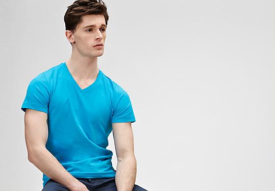 Schmales T-Shirt mit V-Ausschnitt von s.Oliver